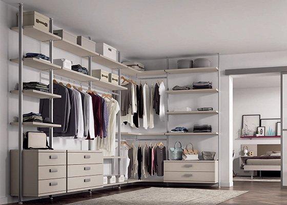 Vestidor con estantes